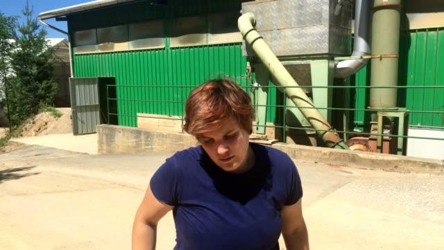 vídeos de stock, filmes e b-roll de jovem trabalhador nas instalações de processamento de matéria-prima - abelha obreira