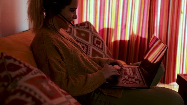 vídeos de stock, filmes e b-roll de jovem trabalhando em casa durante pandemia de coronavírus - homem e máquina