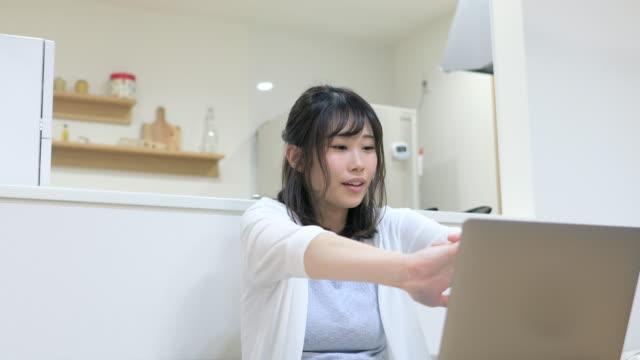 自宅で働く若い女性、ダイニングルームでストレッチ - resting点の映像素材/bロール