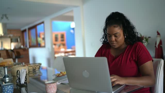 vídeos de stock, filmes e b-roll de jovem trabalhando em casa - usar laptop