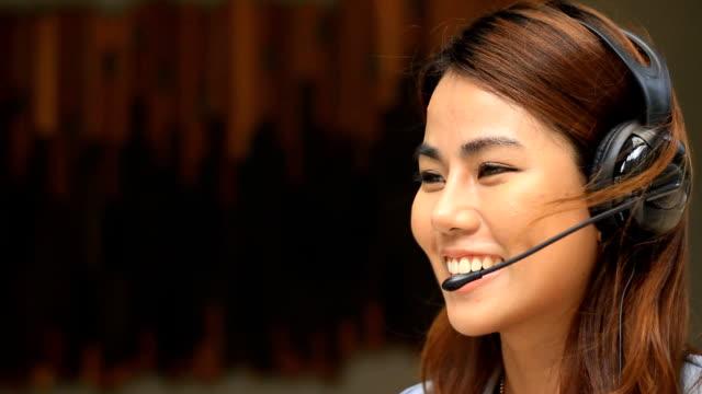 Junge Frau, die arbeitet in einem call-Center mit einem Kopfhörer