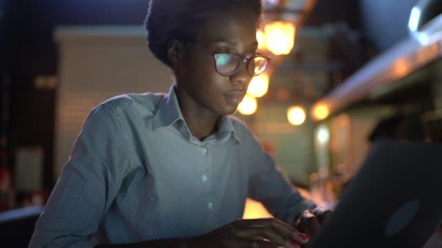 vídeos de stock, filmes e b-roll de jovem trabalhando em um restaurante, usando laptop - trabalho de freelancer