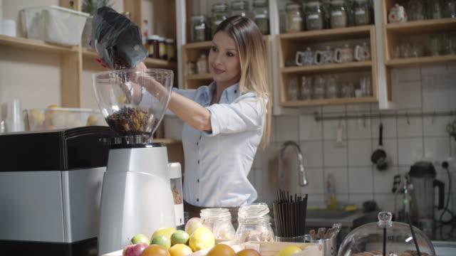 vídeos de stock, filmes e b-roll de jovem mulher que trabalha no seu café - trabalhadora de colarinho branco