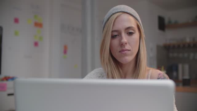 4 K : Junge Frau arbeiten mit Ihrem Computer