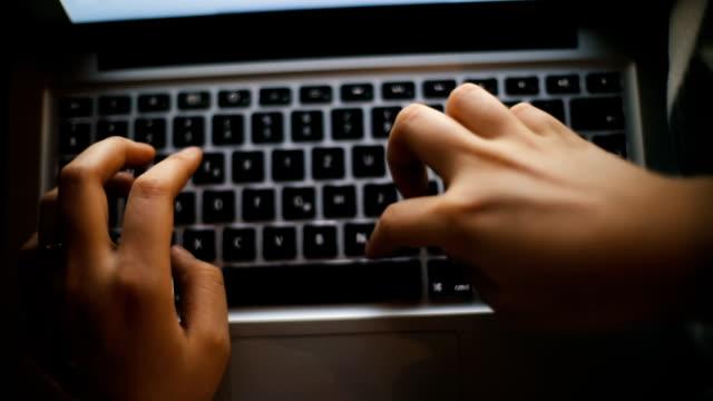 Junge Frau, die Aufarbeitung auf Laptop zu Hause in der Nähe