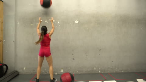 vidéos et rushes de ws rv young woman working out with a medicine ball in a gym - ball