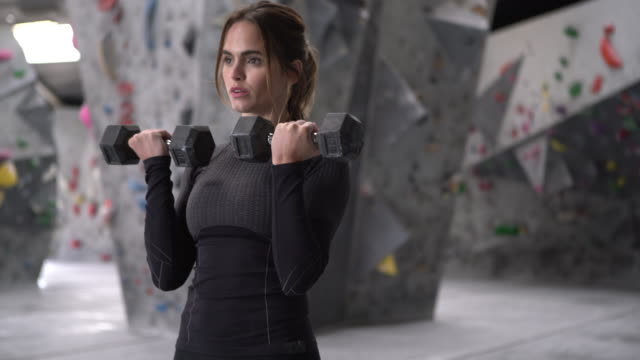 stockvideo's en b-roll-footage met ms young woman working out with weights - handhaltertje