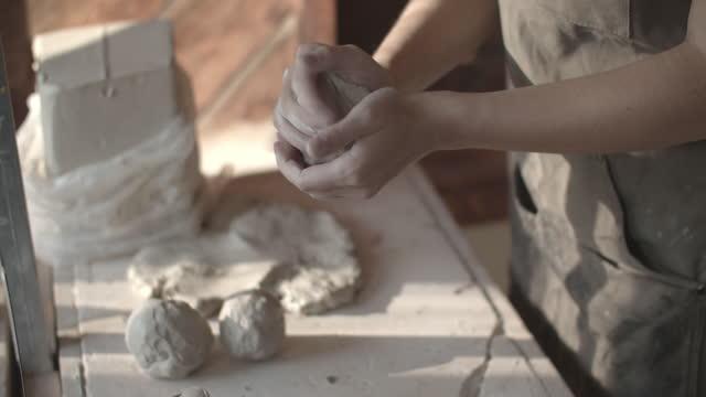 vidéos et rushes de cu tu young woman working with clay in a ceramics studio - entrepreneur