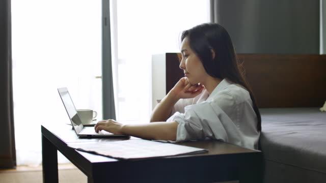 若い女性自宅でコンピューターで - 20代点の映像素材/bロール