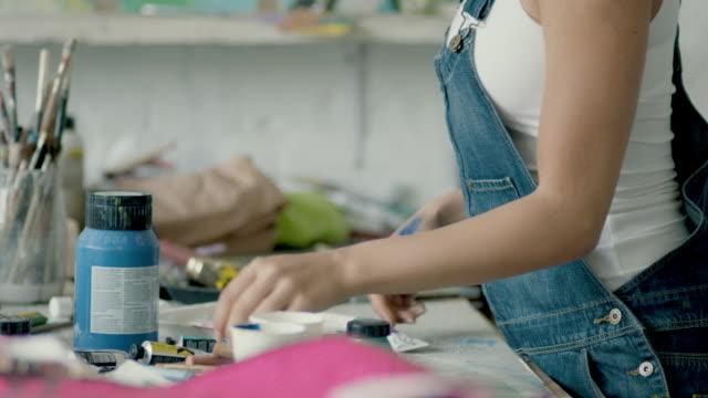vídeos de stock, filmes e b-roll de young woman/artist/painter preparing - painter artist