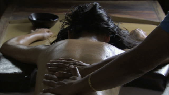 vidéos et rushes de ms young woman's back massage with oil by hand / india - massage