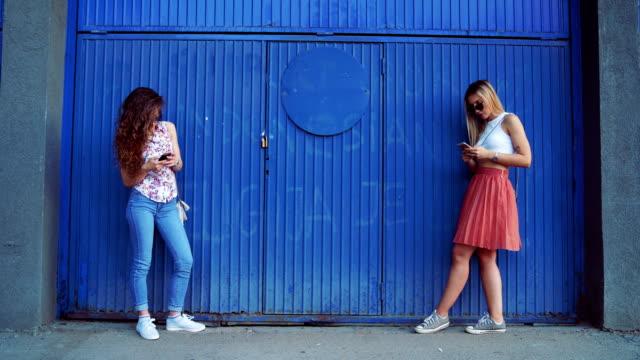 junge frauen süchtig von sozialen netzwerk-community - abhängigkeit stock-videos und b-roll-filmmaterial
