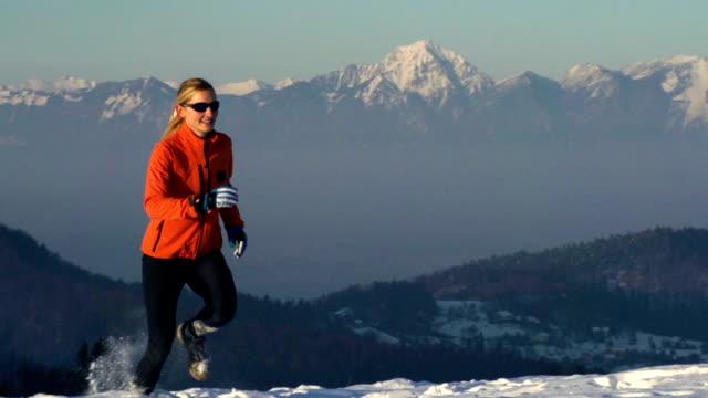 HD: Junge Frauen im Schnee running