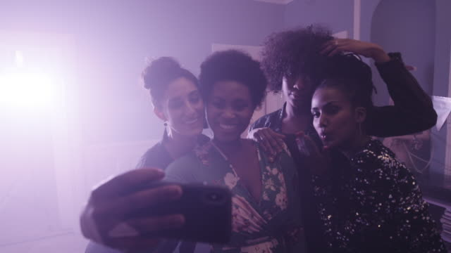 vídeos de stock, filmes e b-roll de young women dancing at party with camera - imagem tonalizada
