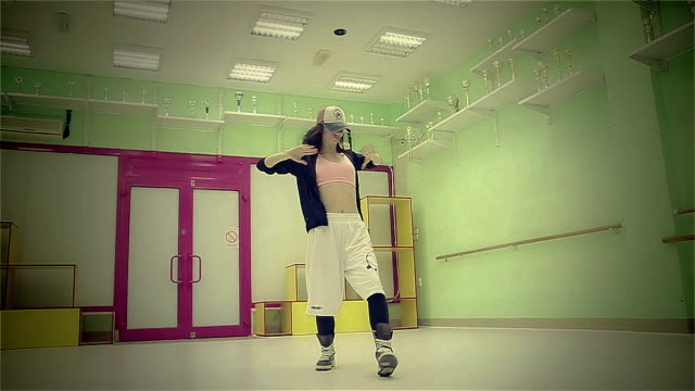 junge frauen tanzen hip hop - hüfte stock-videos und b-roll-filmmaterial
