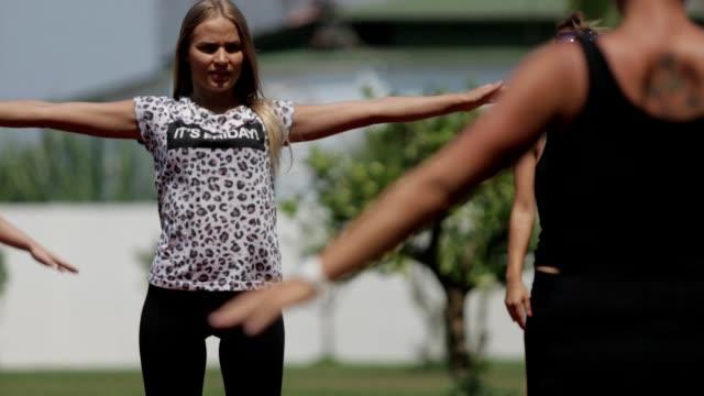 若い女性の運動 - アスレチック点の映像素材/bロール