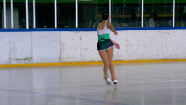 HD :若い女性フィギュアスケート屋内