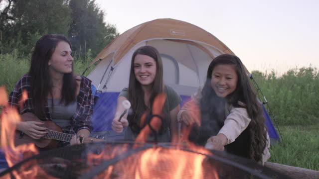 Unga kvinnor att ha en lägereld