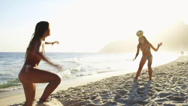 vídeos de stock, filmes e b-roll de ms young women in bikinis play football (altinho) on ipanema beach / rio de janeiro, brazil - termo esportivo