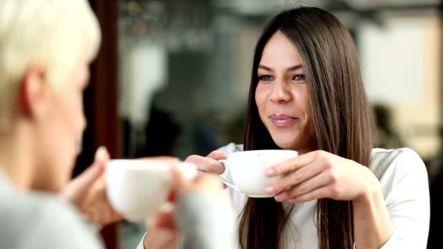 Junge Frauen im Café.