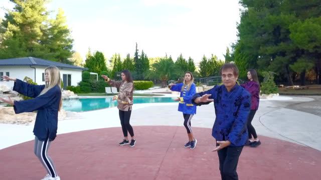 プールでインストラクターと太極拳のクラスの若い女性 - アニメーター点の映像素材/bロール