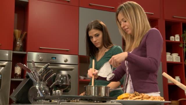 Mujeres jóvenes en la cocina (HD)