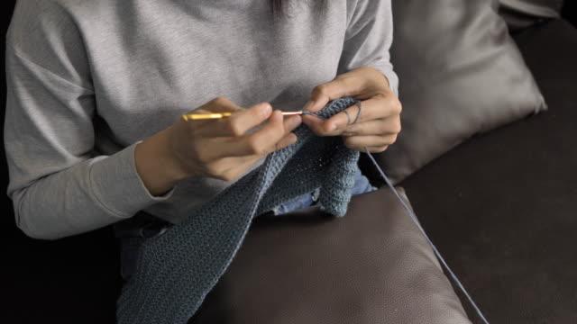 vídeos y material grabado en eventos de stock de mujeres jóvenes tejiendo - tejer