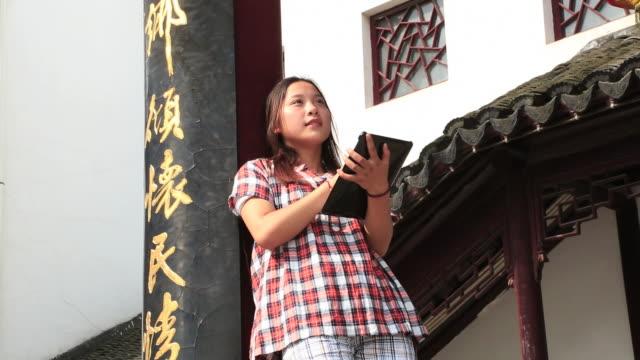 vídeos y material grabado en eventos de stock de young women looking at chinese folkcraft accessories - sólo una adolescente