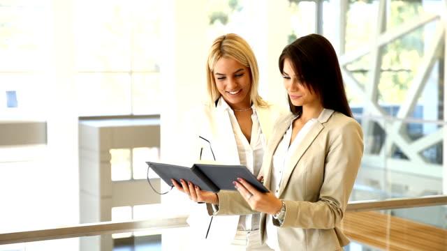 vídeos de stock, filmes e b-roll de jovem mulher olhando no documento no escritório - envolvimento dos funcionários