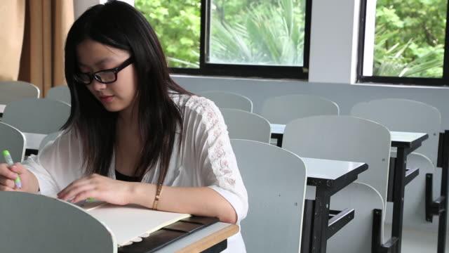 vídeos y material grabado en eventos de stock de young women playing game on a degital tablet at a cafeteria - sólo una adolescente