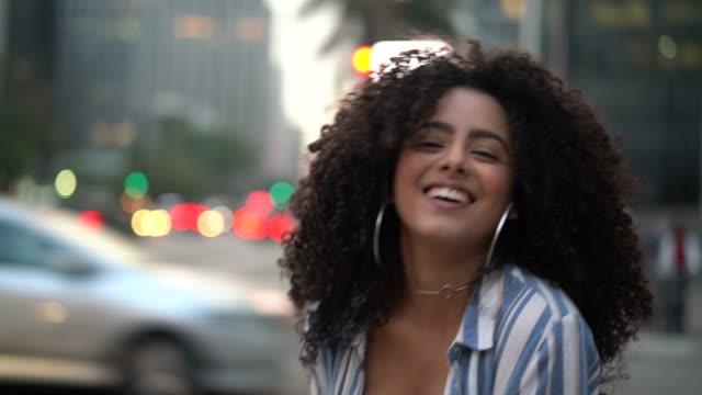 vídeos de stock, filmes e b-roll de retrato de jovens mulheres - cabelo encaracolado