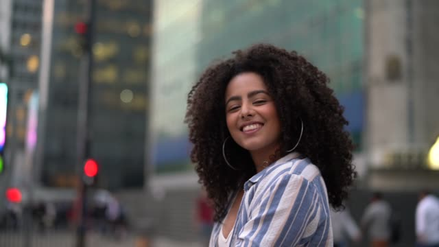 vídeos de stock, filmes e b-roll de retrato de jovens mulheres - modelo profissional