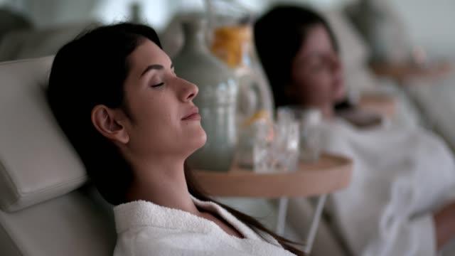 Jeunes femmes relaxantes après un traitement de massage au spa