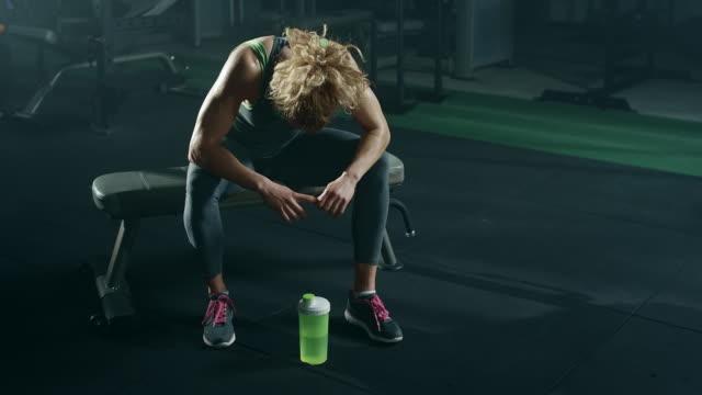Unga kvinnor vila efter intensiv träning i gym