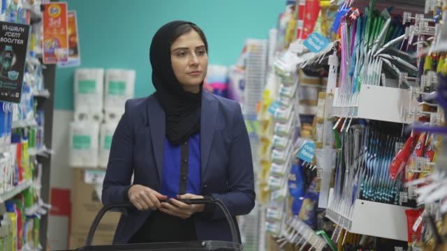 ショッピング女性 - モデスト・ファッション点の映像素材/bロール