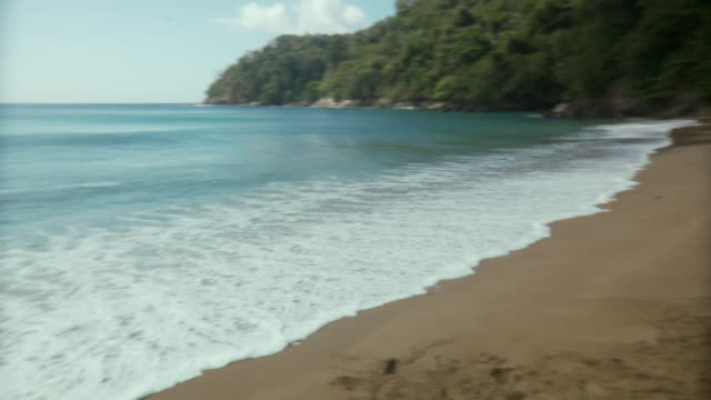 ws pan young women standing on beach / scarborough, tobago, trinidad and tobago - kosmetisches stirnband stock-videos und b-roll-filmmaterial
