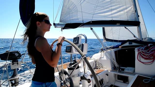 vidéos et rushes de hd: jeunes femmes direction le bateau à voile - capitaine de bateau
