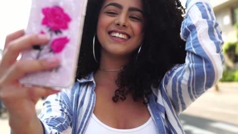 selfie の屋外を取る若い女性 - generation z点の映像素材/bロール
