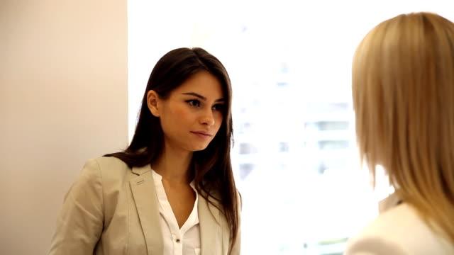 vídeos de stock, filmes e b-roll de jovem mulher falando no escritório - envolvimento dos funcionários