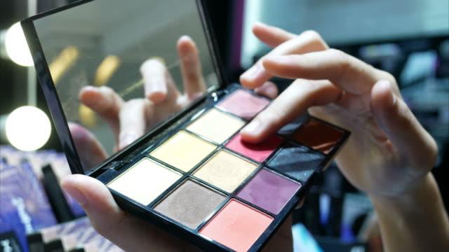 junge Frauen testen Make-up im store