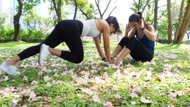 young women training together at the park - cross training stock videos & royalty-free footage