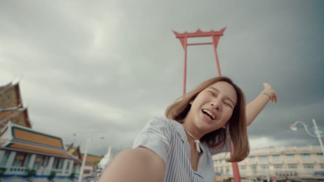 vídeos y material grabado en eventos de stock de las mujeres jóvenes viajan solas en el emblemático bangkok thailand. la joven mujer casual caminando en la bangkok - japonés oriental