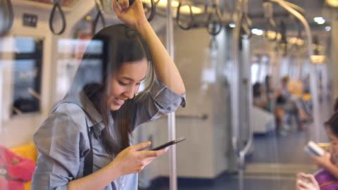 vídeos y material grabado en eventos de stock de mujeres jóvenes escribir mensaje en el tren, cámara lenta - metro transporte