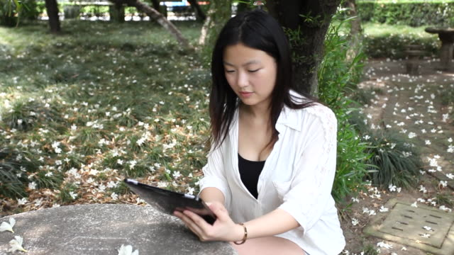 young women using a digital tablet at a university - solo ragazze video stock e b–roll