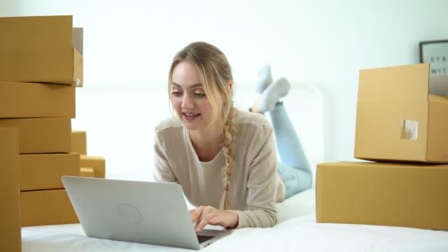 Unga kvinnor använder laptop för att kontrol lera e-post inkorg ordning, online-beställning hemma