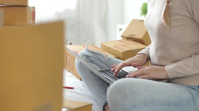 電話を使用して顧客からの電子メールの受信トレイの順序を確認する若い女性 - e mail点の映像素材/bロール