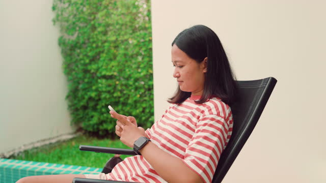 stockvideo's en b-roll-footage met young women using smart watch at home - jogster