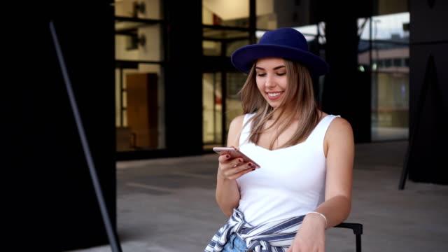 giovani donne in attesa dei mezzi pubblici in stazione - taxi video stock e b–roll