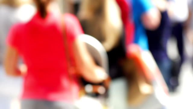 徒歩で若い女性のショッピング街(4 K UHD (HD )