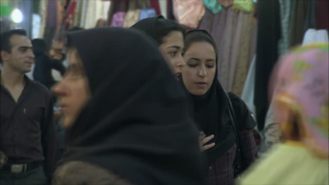 vídeos de stock, filmes e b-roll de ms pan young women walking through bazaar, shiraz, iran - irã